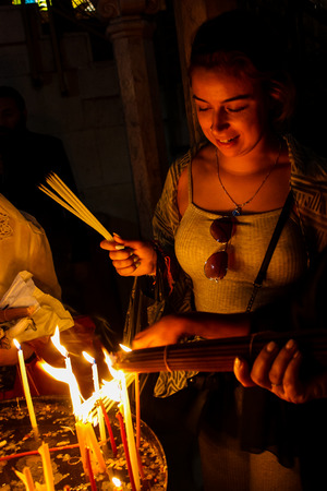 Jerusalem Israel May 16, 2018 Unknowns pilgrims praying and lighting candles in the Church of the Holy Sepulchre at the old city of Jerusalem in the evening Standard-Bild - 102856527