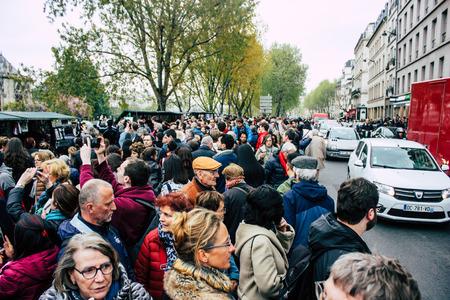 París, Francia, 16 de abril de 2019 Vista de parisinos y turistas vienen a ver la catedral de Notre Dame que ardió el día anterior en un gran incendio Editorial
