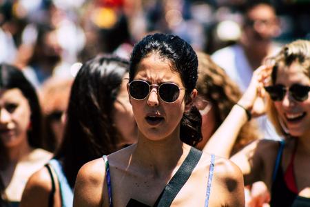 Tel Aviv Israele 14 giugno 2019 Ritratto di popolo israeliano sconosciuto che partecipa alla parata dell'orgoglio per le strade di Tel Aviv nel pomeriggio Editoriali