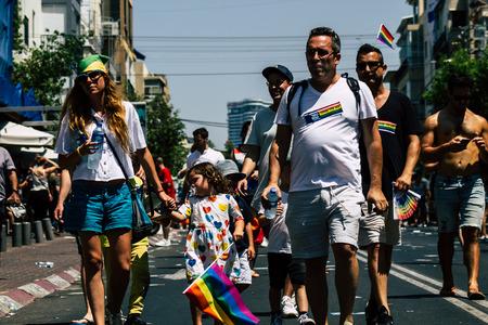 Tel Aviv Israel 14 de junio de 2019 Vista de desconocidos israelíes que participan en el desfile del orgullo gay en las calles de Tel Aviv por la tarde