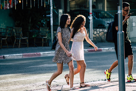 Tel Aviv Israele 17 giugno 2019 Vista di israeliani sconosciuti che camminano per le strade di Tel Aviv nel pomeriggio