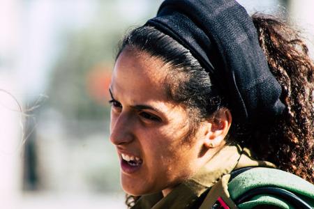 Jerusalem Israel 19. Juni 2019 Blick auf die junge israelische Soldatin, die sich am Nachmittag vor der Westmauer in der Altstadt von Jerusalem amüsiert