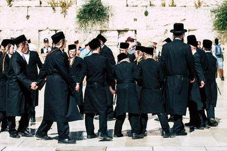 Jerusalem Israel 19. Juni 2019 Blick auf einen unbekannten orthodoxen israelischen Mann, der am Nachmittag vor der Klagemauer in der Altstadt von Jerusalem tanzt Editorial