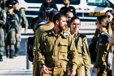 Jerozolima Izrael 19 czerwca 2019 r. Widok izraelskiego żołnierza odwiedzającego po południu ścianę zachodnią na Starym Mieście w Jerozolimie