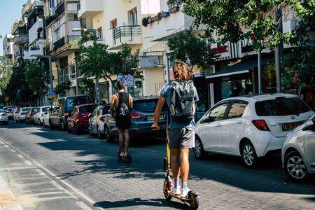 Tel Aviv Israël 23 août 2019 Vue d'Israéliens inconnus roulant avec un scooter électrique dans les rues de Tel Aviv dans l'après-midi
