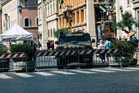 Rzym Włochy 18 września 2019 r. Widok włoskiego samochodu wojskowego zaparkowanego rano na ulicach Rzymu