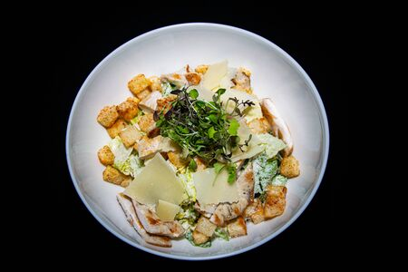 a classic take on the traditional fresh Chicken Ceaser salad with chicken, croutons and parmesan cheese Zdjęcie Seryjne