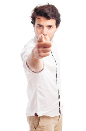 あなたを指している若い男
