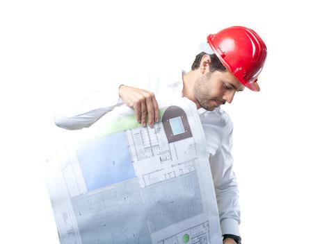 白い背景の上の作業の若手建築家します。