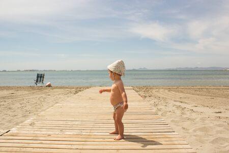 baby in the sea side alone 版權商用圖片