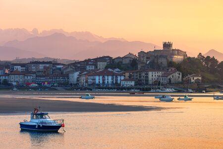 Sunset and low tide in San Vicente de la Barquera, Cantabria, with the Picos de Europa in the background. Standard-Bild