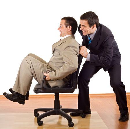 lebensfreude: Zwei Gesch�ftsleute forcefuled Weitergabe ihrer Arbeitszeit im B�ro - isoliert Lizenzfreie Bilder