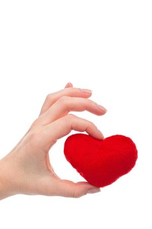 bondad: Mujer mano que sostiene el corazón rojo