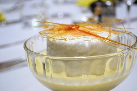 isla flotante: Isla Flotante de huevo escalfado mousse blanco, caramelo crujiente, almendras asadas y crema pastelera Foto de archivo