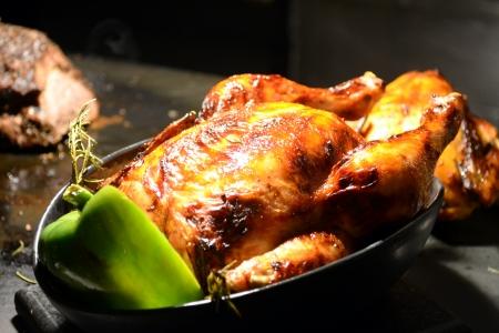 pollo rostizado: pollo asado en el asador de bufet Foto de archivo