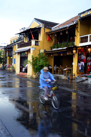 non la: Local Cyclist in Hoi An, Vietnam Editorial