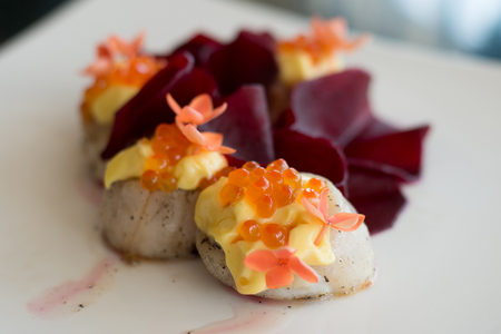 pan seared scallops with hollandaise sauce and salmon roe Stok Fotoğraf