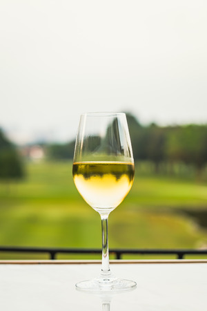 a glass of white wine chardonnay sauvignon blanc riesling wine bar Stockfoto