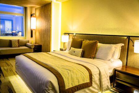 mooie slaapkamer in condominium, appartement, flat, huis met verlichting en bed en inrichting Stockfoto