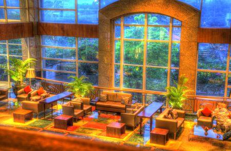 bella decorazione d'interni lounge con tappeti, illuminazione e poltrone e tavoli e altri mobili Archivio Fotografico