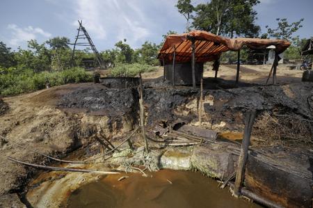 contaminacion ambiental: Java, Indonesia - 30 noviembre 2008: La contaminación ambiental y la destrucción causada por un yacimiento de petróleo ilegal el 30 de noviembre de 2008 en Kadewan, Java Oriental, Indonesia.