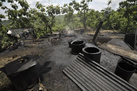 contaminacion del medio ambiente: Java, Indonesia - 30 noviembre 2008: La contaminación ambiental y la destrucción causada por un yacimiento de petróleo ilegal el 30 de noviembre de 2008 en Kadewan, Java Oriental, Indonesia.