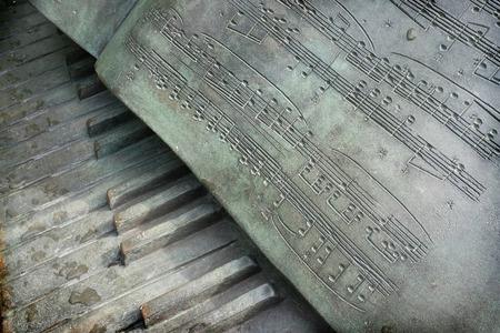 """Prodigy: Singapore City, Singapur - 25 stycznia 2106: Metalowa rzeźba klawiatury fortepianu z musicalu wynik Chopina """"Poloneza"""" w dniu 25 stycznia 2016 roku w Singapurze Botanic Gardens, Singapur."""