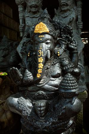 ganesh: Bali, Indonesia - 6 febrero 2016: Una estatua de piedra tallada a mano del elefante hind� Ganesh de Dios espera a un comprador en el taller de piedra-tallador en Ubud, Bali, Indonesia. Foto de archivo