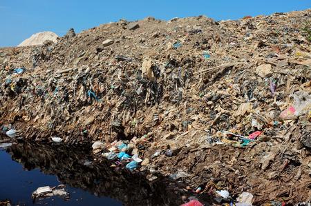 mundo contaminado: Los residuos domésticos y residuos industriales tóxicos contaminan el suelo y el agua en el vertedero más grande y la más contaminada de Bali en Suwung, Bali, Indonesia.