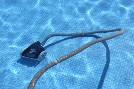 het schoonmaken van het zwembad Stockfoto