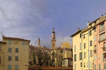 case colorate: Case colorate e il campanile a Mentone, in Francia.