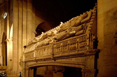 tumbas: tumbas reales en el Monasterio de Poblet, Tarragona, Cataluña, España Foto de archivo