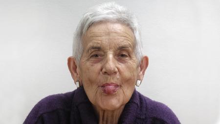 sacar la lengua: Sacar la lengua, la mujer mayor