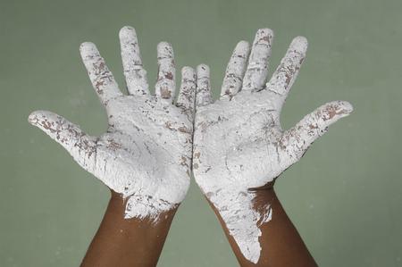 manos sucias: ni�a con las manos sucias de pintura