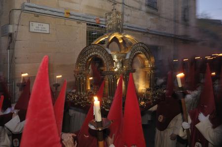 fraternidad: Penitentes de la Cofradía del Silencio (penitentes de la Hermandad del Silencio), la semana de Pascua, Zamora, España Editorial