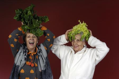escarola: Dos mujeres mayores que juegan con la acelga y la endibia
