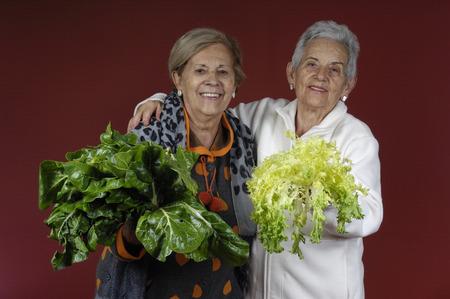 escarola: Dos mujeres mayores con acelgas y la endibia