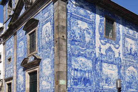 Capela das Almas kerk en zijn muren die zijn bekleed met tegels, Porto, Portugal