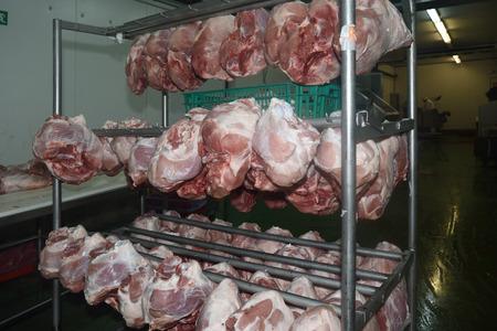 jamones: jamones deshuesados ??en una industria de la carne Foto de archivo