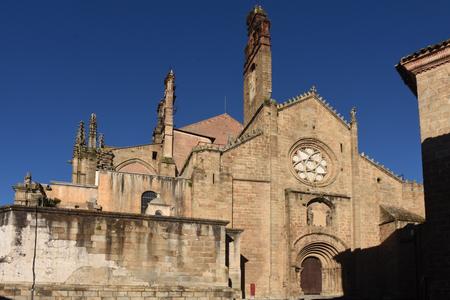 Fachada románica de la catedral vieja (también conocida como la iglesia de Santa María), Plasencia. provincia de Cáceres, Extremadura, España Foto de archivo - 63939178