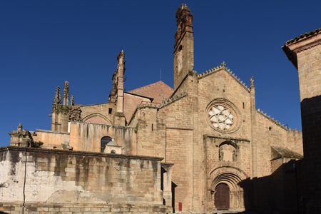 Romaanse gevel van de oude kathedraal (aka St Mary's kerk), Plasencia. provincie Caceres, Extremadura, Spanje Stockfoto