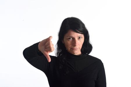 donna con il pollice verso il basso