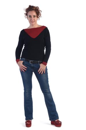 Vrouw met blauwe spijkerbroek en een witte achtergrond Stockfoto