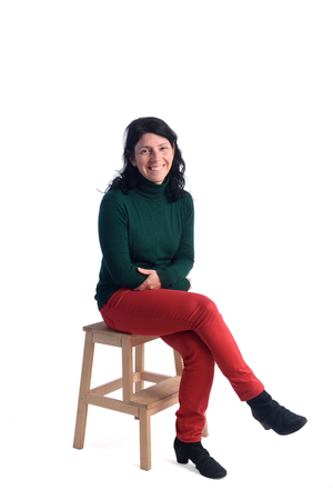 Portret van een vrouw zitten met een witte achtergrond Stockfoto