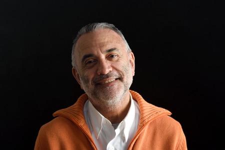Portret van een man met zwarte achtergrond