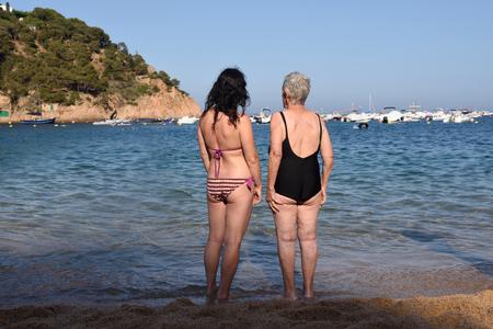 ビーチで二人の幸せな女性