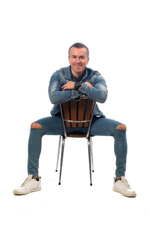 man zittend op een stoel met witte achtergrond