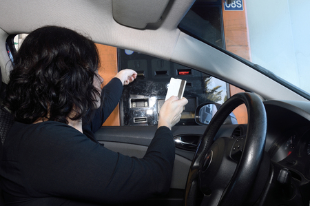 woman paying at a highway toll Banque d'images