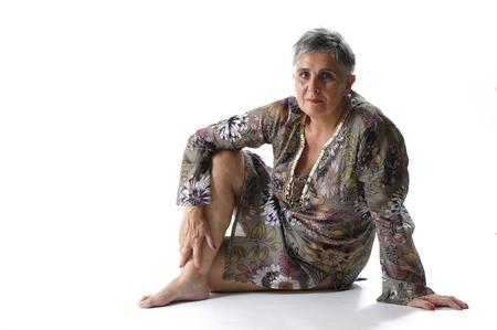 Portrait d & # 39 ; une femme âgée assis sur le sol Banque d'images - 96060688
