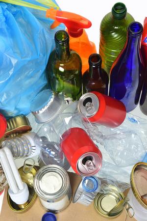 basura que consiste en latas, botellas de plástico, botella de vidrio, cartón, tetrabrik, latas y bulbo